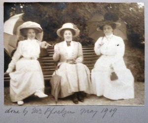 Teresa (left), her sister Gioconda (centre) and their mother, Costanza (right), May 1909.
