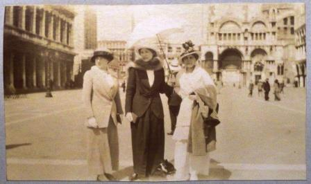 Teresa Hulton (centre), her sister Gioconda (left) and their friend Mary Dobřenský (right), Venice, April 1914.