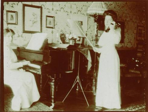 Teresa (left) and her sister Gioconda (right) in their home in Venice, early 1900s.